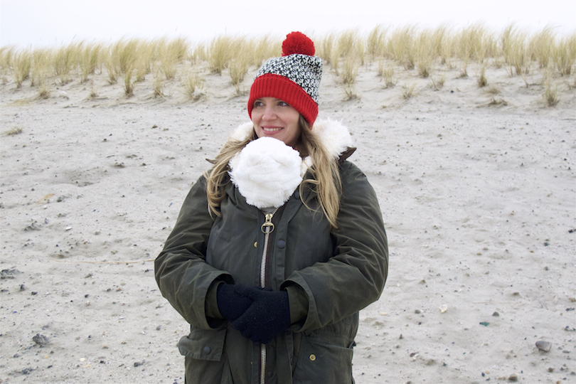 Christmas Vacation On The North Sea. Fashion Blogger Girl by Style Blog Heartfelt Hunt. Girl with blond, long hair wearing a Barbour coat, teddy coat, red turtleneck sweater, Levi's jeans, beanie with pompom, backpack and Sorel boots.