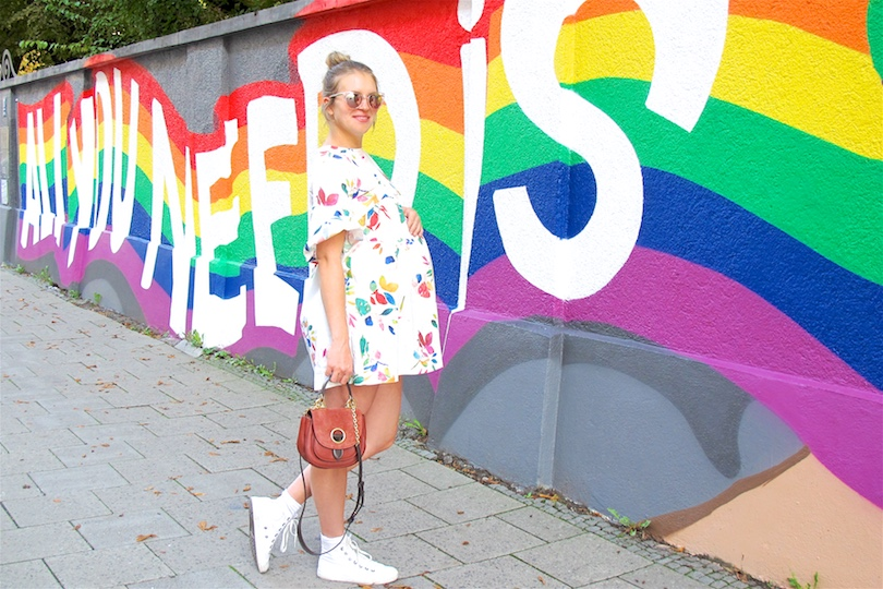Colorful Love. Fashion Blogger Girl by Style Blog Heartfelt Hunt. Girl with blond, high messy bun wearing a colorful flower dress, Michael Kors bag and Converse sneakers.