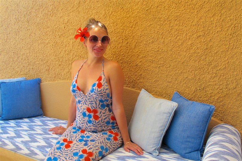 Pool Day. Fashion Blogger Girl by Style Blog Heartfelt Hunt. Girl with blond, high messy bun wearing a floral maxi dress and round sunglasses.
