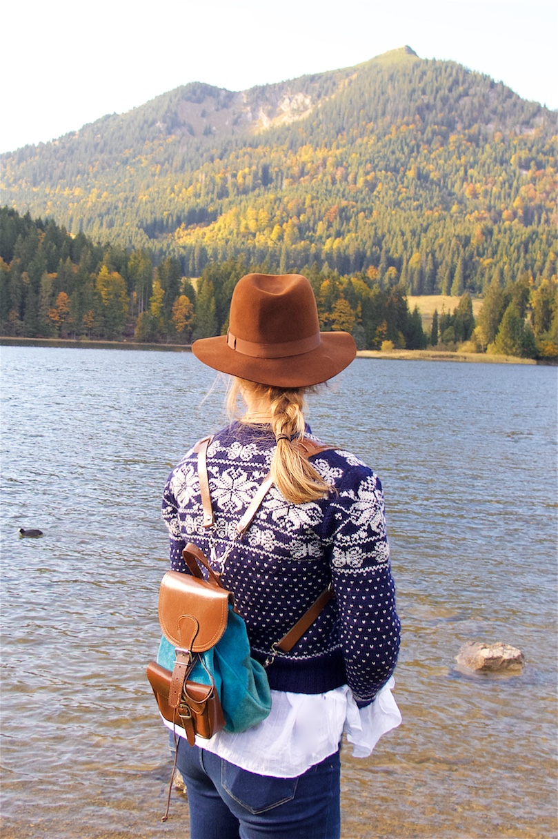 A Day In The Mountains. Fashion Blogger Girl by Style Blog Heartfelt Hunt. Girl with blond braid wearing a norwegian sweater, blouse with trumpet sleeves, destroyed denim jeans, hat, Ray-Ban sunglasses, backpack and Converse sneakers.