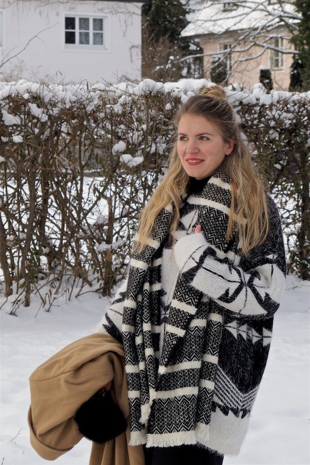 Black and White. Fashion Blogger Girl by Style Blog Heartfelt Hunt. Girl with blond half-up half-down bun wearing a black and white sweater, wool coat, culotte pants, black and white scarf and shiny boots.