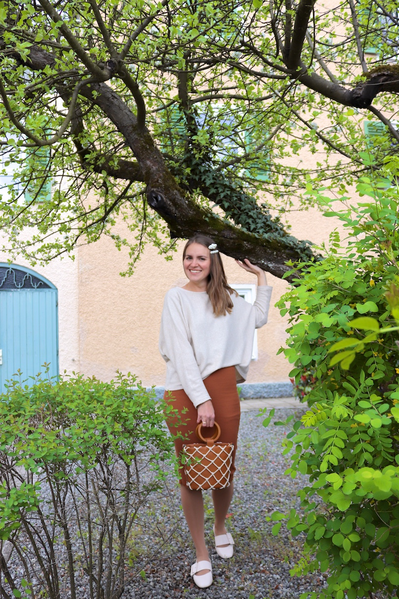 Bucket Bag. Fashion Blogger Girl by Style Blog Heartfelt Hunt. Girl with blond hair and pearl hair clips wearing a bucket bag, knitted dress, sweater and flats.