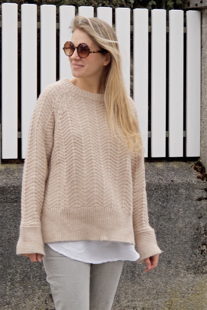 Casual Neutrals. Fashion Blogger Girl by Style Blog Heartfelt Hunt. Girl with blond, long hair wearing a heavy knit sweater, white blouse, fringe jeans and Converse chucks.