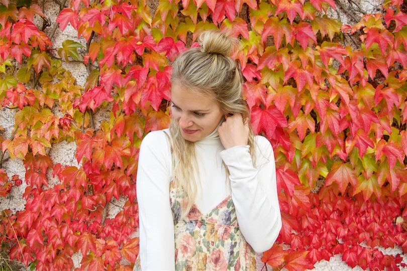 Fall Transition. Fashion Blogger Girl by Style Blog Heartfelt Hunt. Girl with blond half-up half-down knot wearing a flower dress, turtleneck, destroyed jeans and over the knee boots.