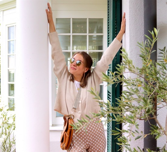 Fall Transitions. Fashion Blogger Girl by Style Blog Heartfelt Hunt. Girl with blond hair wearing a cardigan, Ray-Ban sunglasses, white T-shirt, Dior saddle bag, beige pants and sandals.