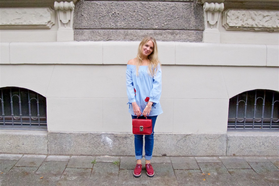 Floral Patches. Fashion Blogger Girl by Style Blog Heartfelt Hunt. Girl with blond, loose curls wearing a blouse with floral patches, destroyed jeans, burgundy bag and burgundy brogues.