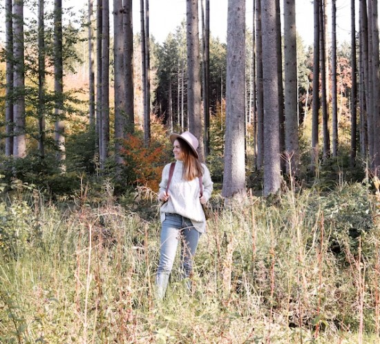 Forest Lights. Fashion Blogger Girl by Style Blog Heartfelt Hunt. Girl with blond hair wearing a panama hat, chunky sweater, mom jeans, vintage backpack and boots.