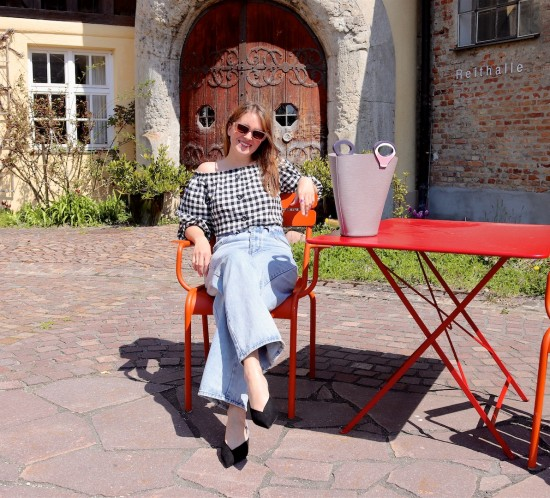 Gingham Spring Tops. Fashion Blogger Girl by Style Blog Heartfelt Hunt. Girl with blond hair wearing a gingham spring top, wide leg jeans, slim sunglasses, vintage Louis Vuitton bag and pointed toe mules.