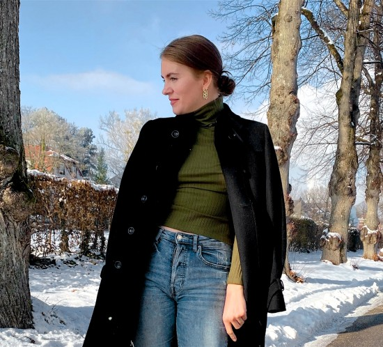 Green Turtleneck. Fashion Blogger Girl by Style Blog Heartfelt Hunt. Girl with blond, low bun wearing a green turtleneck, black coat, mom jeans, earrings, pouch bag and chelsea boots.