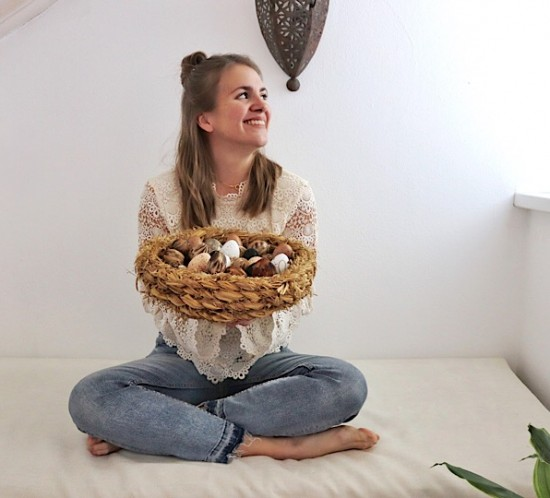 Happy Easter 2019. Fashion Blogger Girl by Style Blog Heartfelt Hunt. Girl with blond half-up half-down messy bun wearing a lace top with trumpet sleeves and mom jeans.