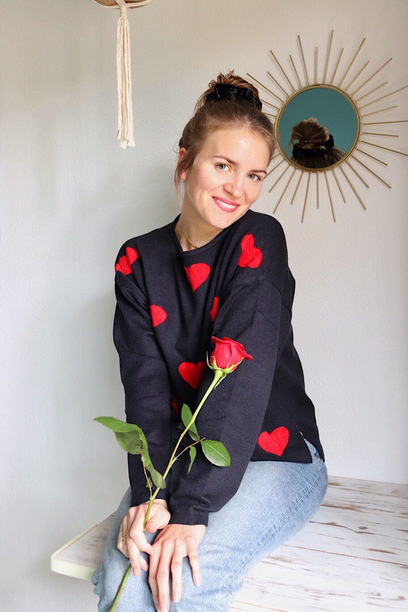 Happy Valentines Day 2019. Fashion Blogger Girl by Style Blog Heartfelt Hunt. Girl with blond hair wearing a sweater with hearts and mom jeans.