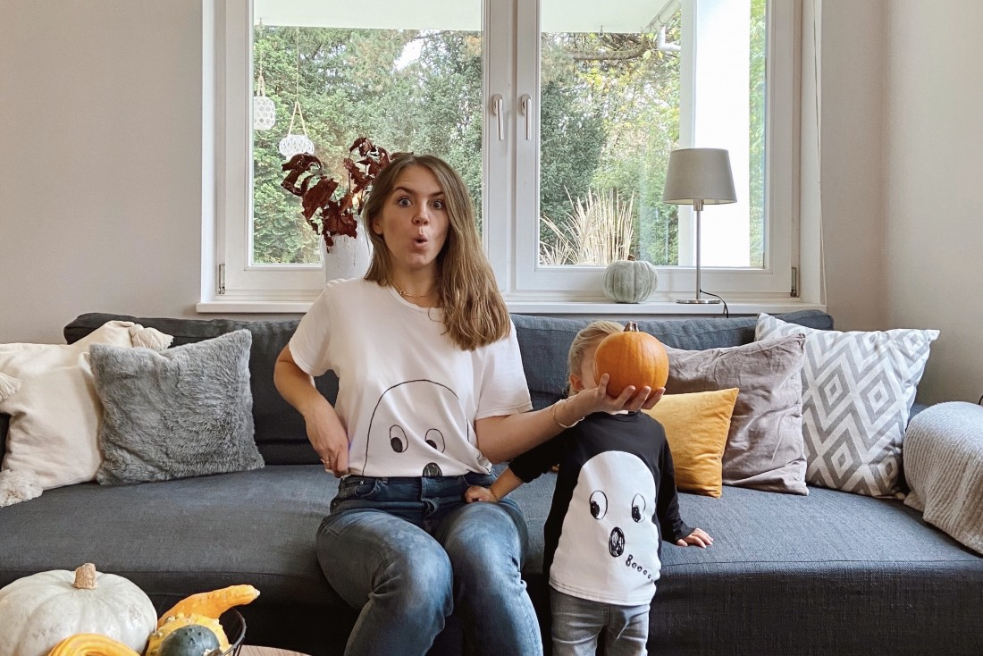 Happy Halloween 2019. Fashion Blogger Girl by Style Blog Heartfelt Hunt. Girl with blond hair wishing you a happy Halloween.