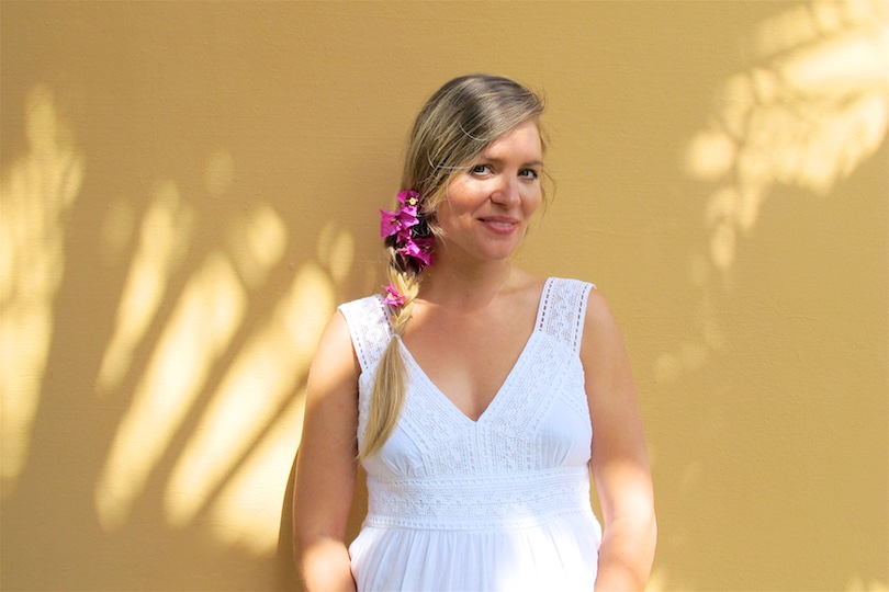 Hawaiian Mood. Fashion Blogger Girl by Style Blog Heartfelt Hunt. Girl with blond side braid and flowers wearing a white summer dress.