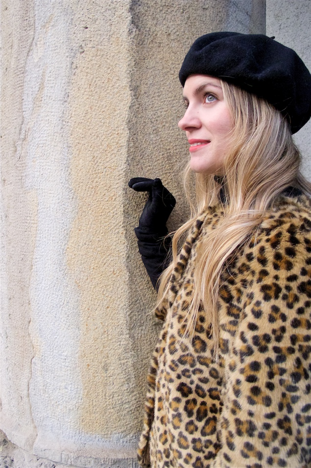 Leopard Jacket. Fashion Blogger Girl by Style Blog Heartfelt Hunt. Girl with blond loose curls wearing a faux fur leopard jacket, turtleneck sweater, jeans, beret, bag and boots.