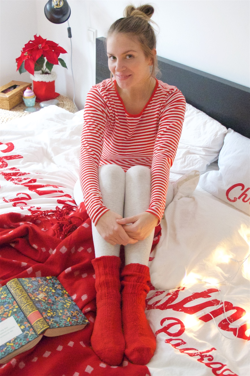 Merry Christmas 2017. Fashion Blogger Girl by Style Blog Heartfelt Hunt. Girl with blond, high, messy bun wearing a striped top, leggings and red socks.