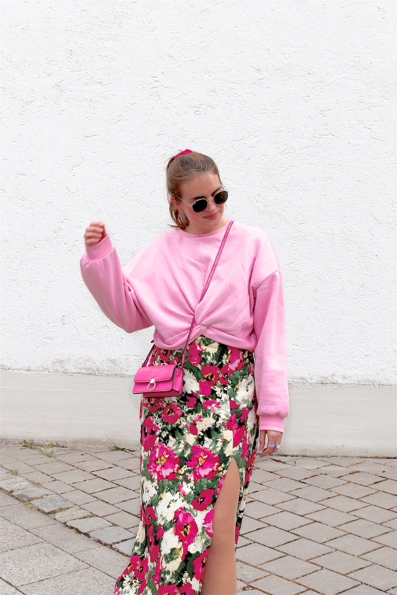 Pink Roses. Fashion Blogger Girl by Style Blog Heartfelt Hunt. Girl with blond ponytail and pink scrunchie wearing a pink roses dress, pink sweatshirt, Ray-Ban sunglasses, pink mini bag, green socks and white Converse sneakers.