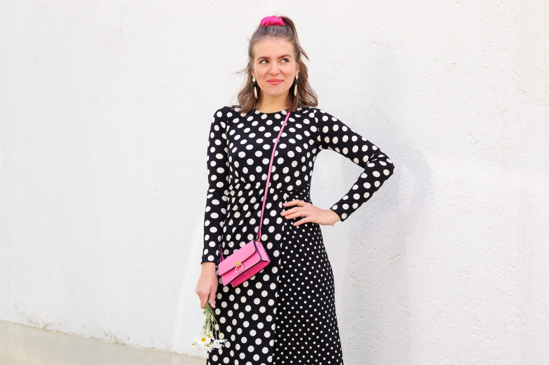 Polka Dots Marguerites. Fashion Blogger Girl by Style Blog Heartfelt Hunt. Girl with blond half-up half-down hairstyle and pink scrunchie wearing a polka dot dress, gold earrings, pink mini bag and pointed flats.