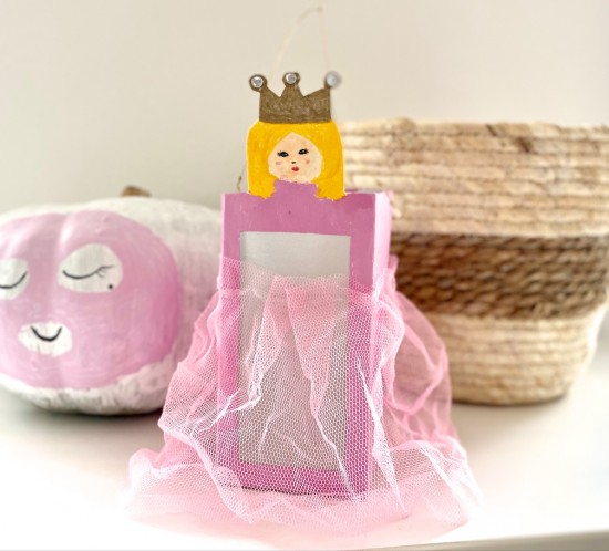 Saint Martin. Blogger Mama by Style Blog Heartfelt Hunt showing a super easy Saint Martin lantern DIY. Perfect for a last minute idea. Make a St. Martin lantern out of a juice carton.