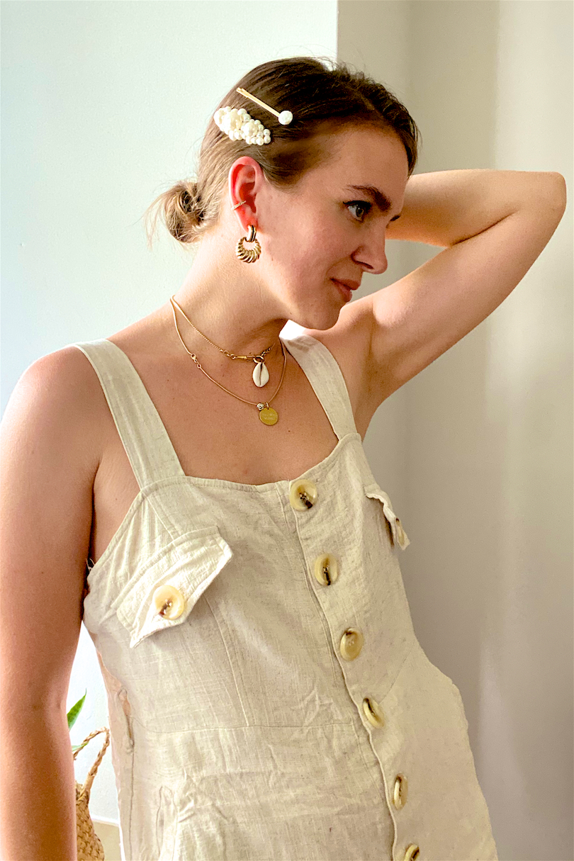 Short Hair Hairstyles. Fashion Blogger Girl by Style Blog Heartfelt Hunt. Girl with blond long bob wearing a linen jumpsuit, showing 5 cute short hair hairstyles with golden hair clips, pearl hair clips, straw headband and scrunchie.