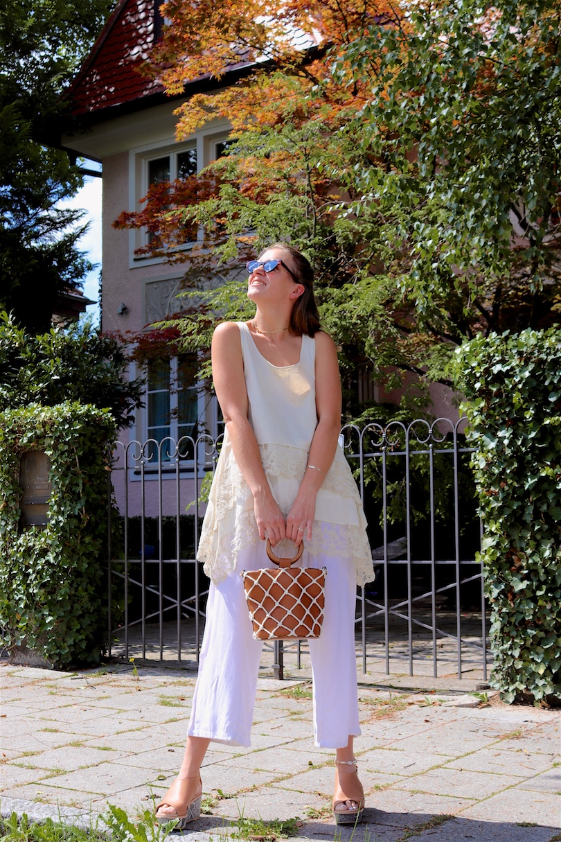 Summer Beiges. Fashion Blogger Girl by Style Blog Heartfelt Hunt. Girl with blond half-up half-down loose waves wearing a beige top, white summer pants, tortoiseshell sunglasses, bucket bag and heels with snake print.