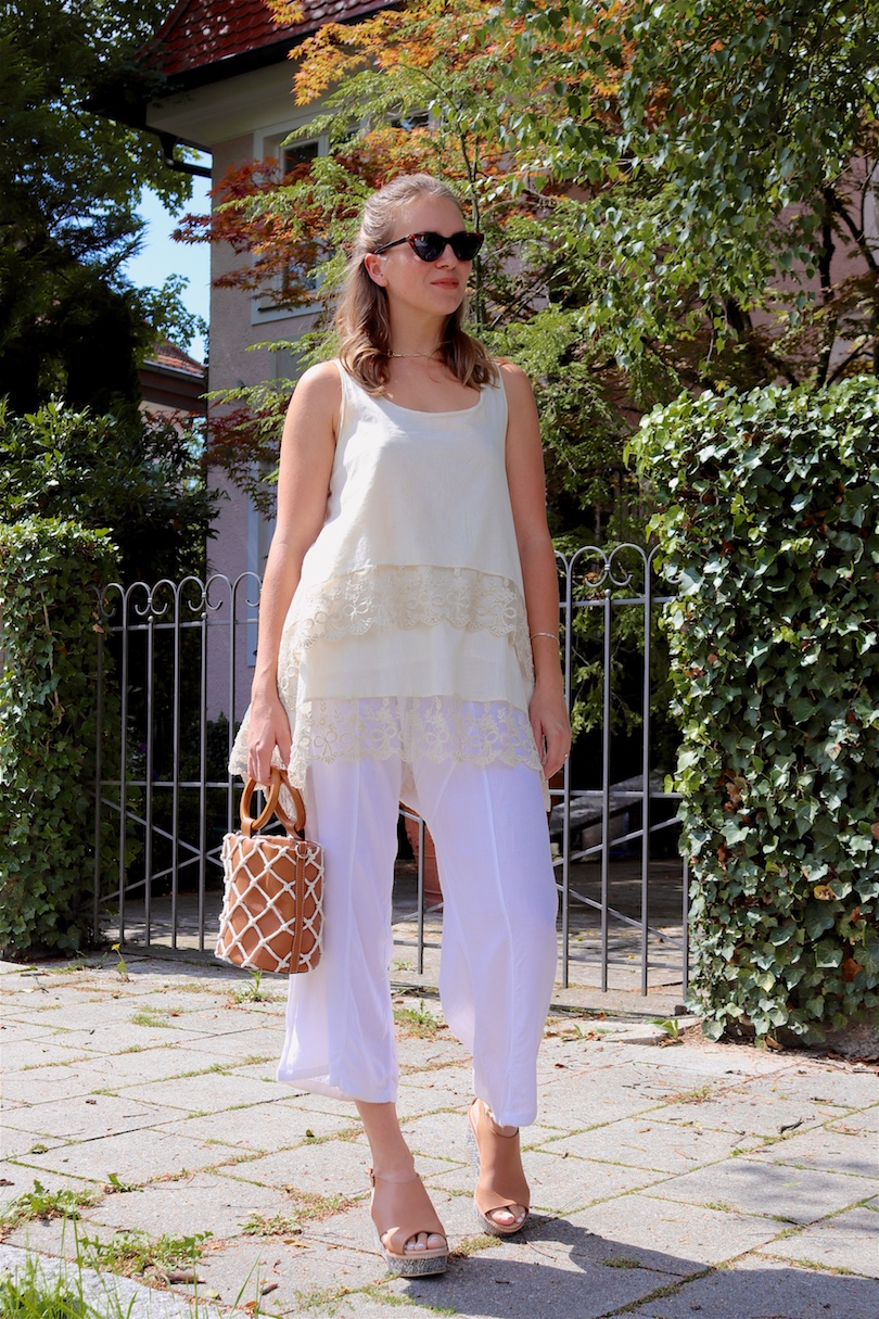 Summer Beiges. Fashion and Style Blog Girl from Heartfelt Hunt. Girl with blonde half-up half-down loose waves wearing a beige top, white summer pants, tortoiseshell sunglasses, bucket bag and heels with snake print.