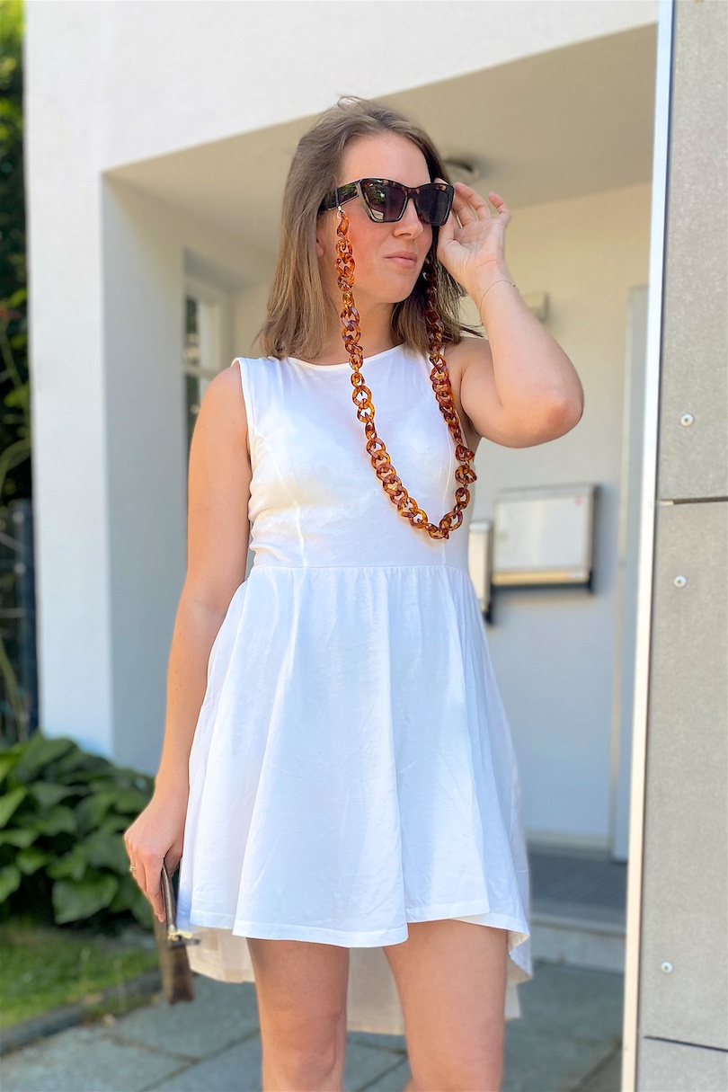 Sunglasses Chain. Fashion and Style Blog Girl from Heartfelt Hunt. Girl with blonde long bob wearing a sunglasses chain, sunglasses, asymmetric dress, Louis Vuitton pochette and sandals.