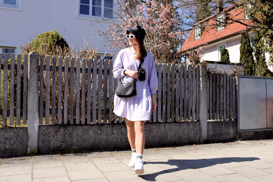 Sweatshirt Dress. Fashion Blogger Girl by Style Blog Heartfelt Hunt. Girl with blond hair wearing a sweatshirt dress, bucket hat, 90s bag, white socks and white sneakers.