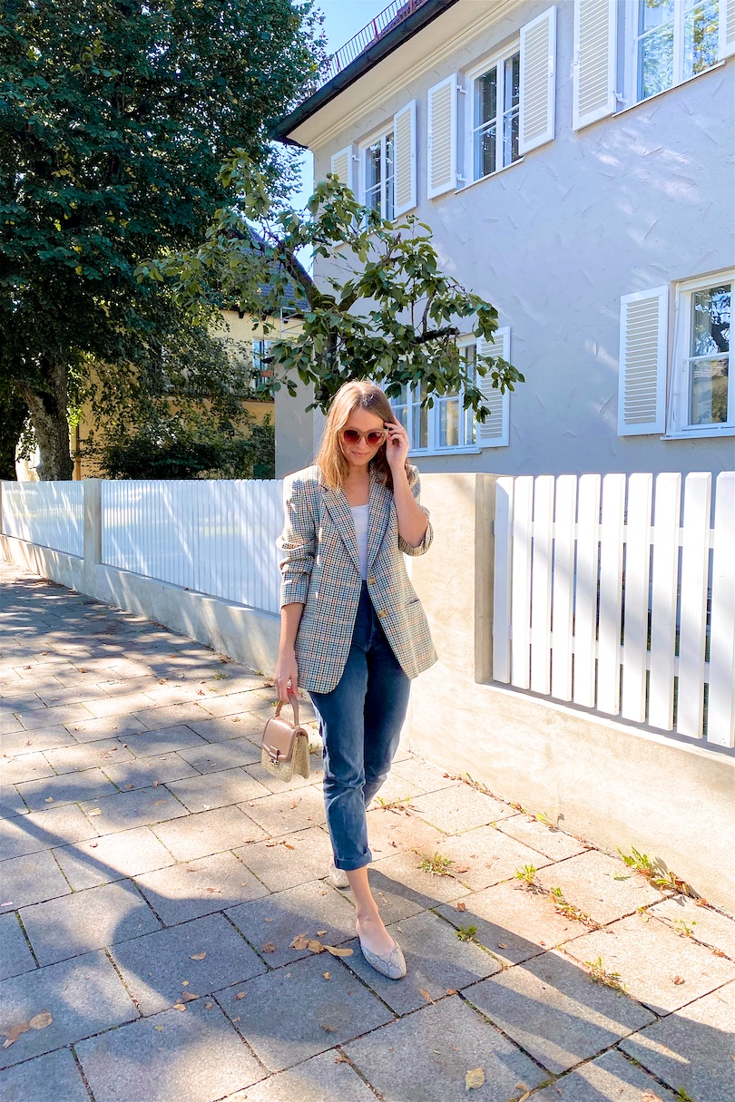 Vintage Blazer. Fashion Blogger Girl by Style Blog Heartfelt Hunt. Girl with blond hair wearing a checked vintage blazer, oversized sunglasses, mom jeans, straw bag and snake print mules.