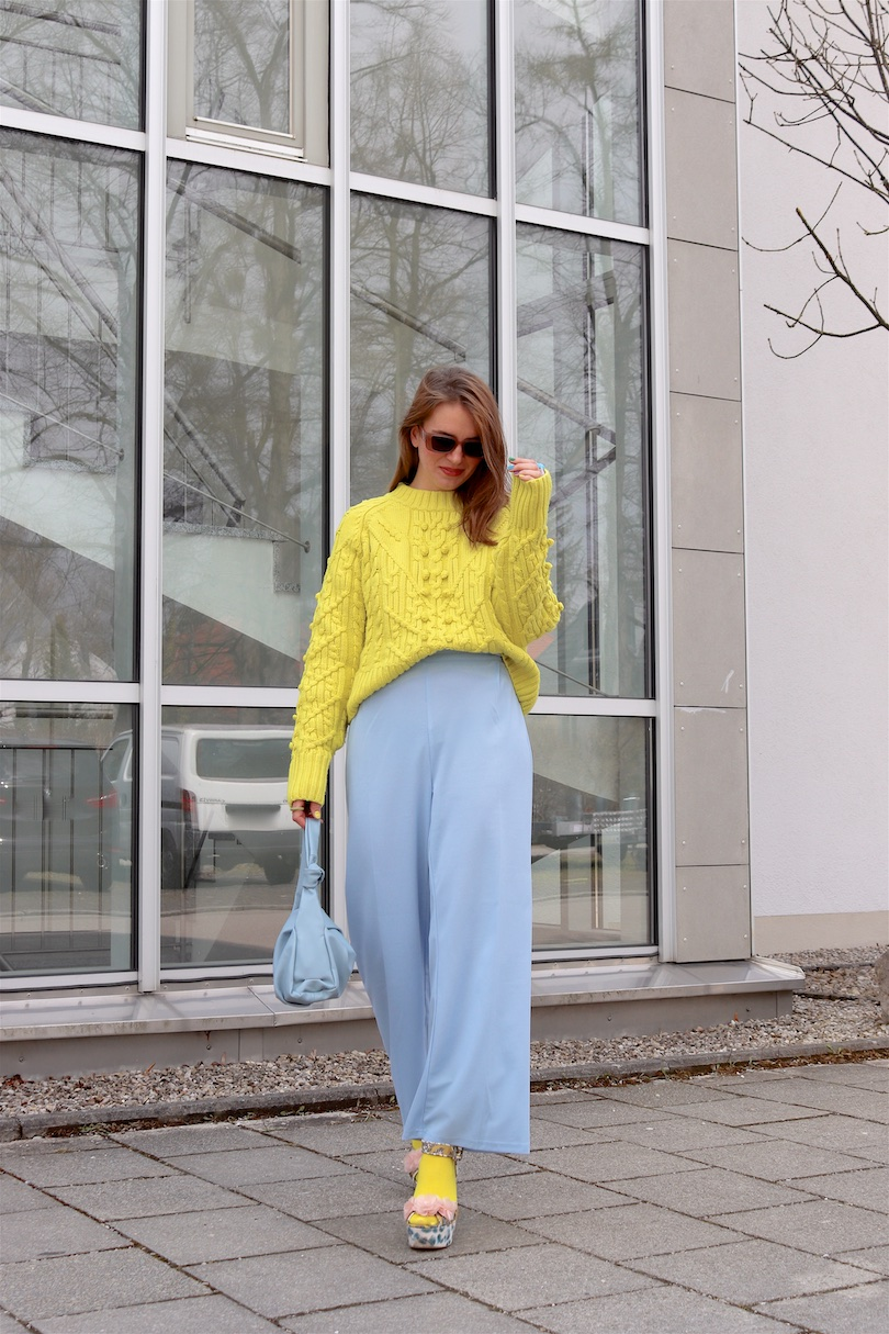 Yellow Blue. Fashion Blogger Girl by Style Blog Heartfelt Hunt. Girl with blond hair wearing a yellow & blue outfit with a yellow sweater, blue pants, yellow socks, blue knotted bag and blue heels.